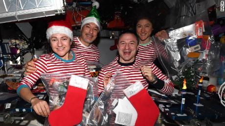 (Da sinistra) Meir, Parmitano, Morgan e Koch festeggiano il Natale nello spazio - in pigiama abbinato.