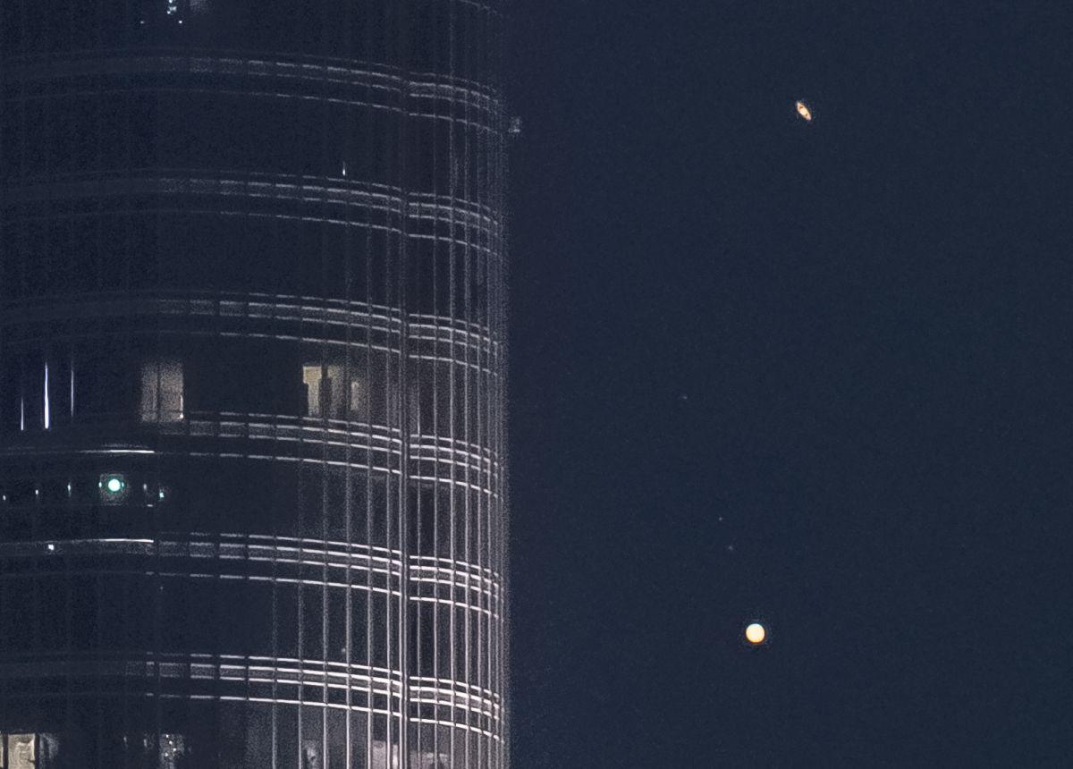 """Giove e Saturno scendono sull'edificio più alto del mondo in un video epico intitolato """"A Great Coupling""""."""