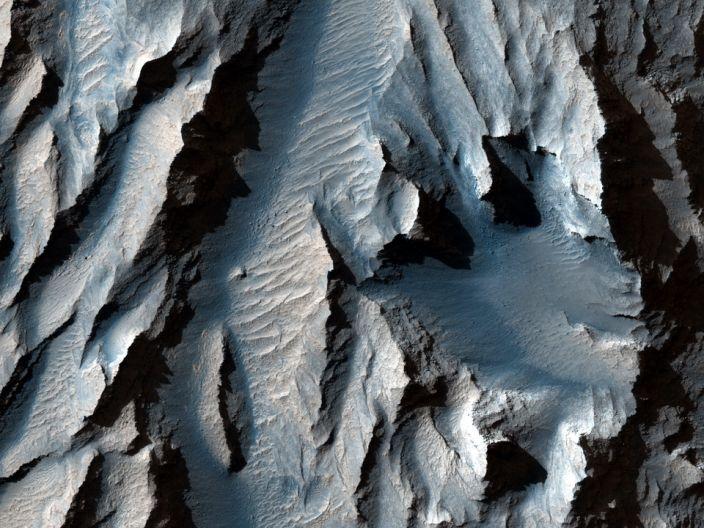 Il Tithonium Chasma (parte di Marte & # x002019; Valles Marineris) è stato tagliato con linee diagonali di sedimenti che potrebbero indicare antichi cicli di congelamento e scongelamento, secondo LiveScience.