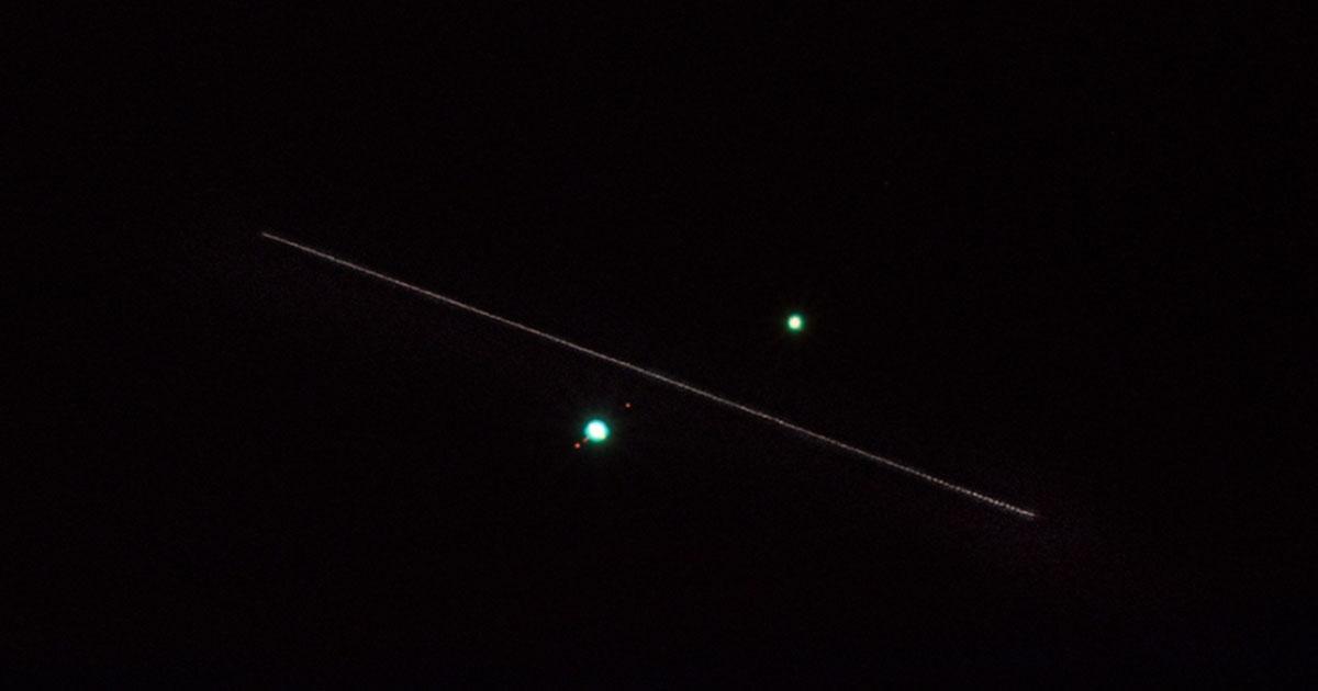 Il fotografo cattura la Stazione Spaziale Internazionale mentre passa tra Giove e Saturno