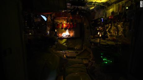 Il registro del cerimoniale di Yule viene visualizzato sulla stazione spaziale.