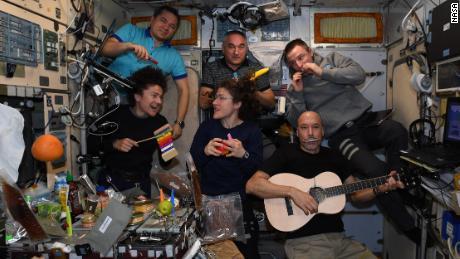 L'equipaggio ha formato una band per cantare i centri di controllo delle missioni in tutto il mondo.