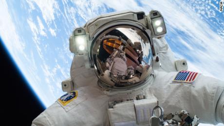Gli esseri umani vivono sulla stazione spaziale da 20 anni