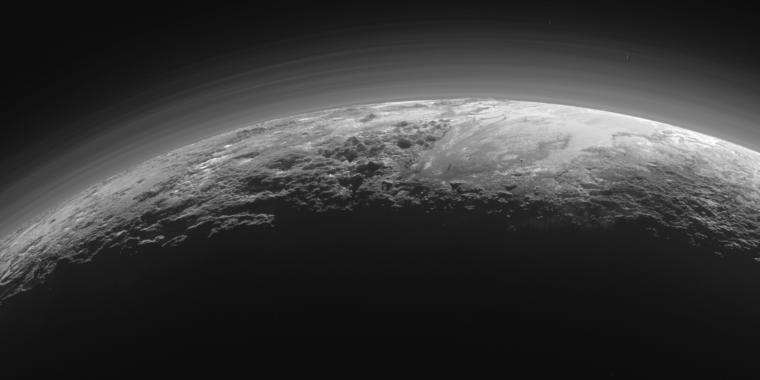 L'atmosfera di Plutone è nebbiosa come Titano, ma per una ragione diversa