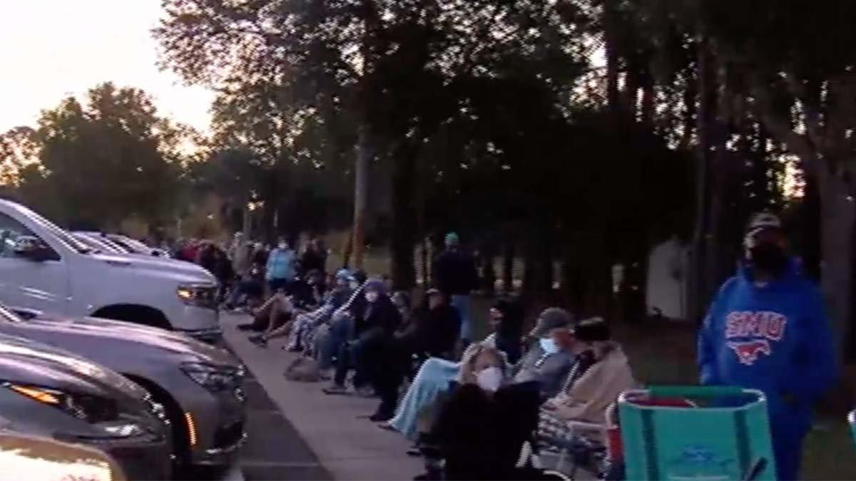 Dozzine si mettono in fila presto per ricevere gratuitamente i vaccini COVID-19 nella contea di Lee