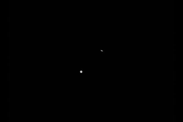 """La sonda della NASA sta catturando un'immagine del """"Grande Accoppiamento"""" di Giove e Saturno dalla Luna"""