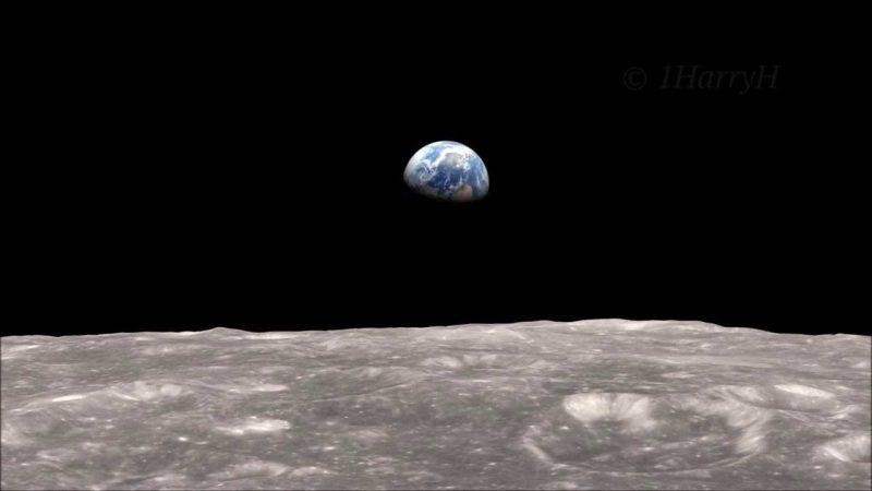 Metà della Terra fluttua nel cielo nero sopra la superficie grigia del cratere lunare.