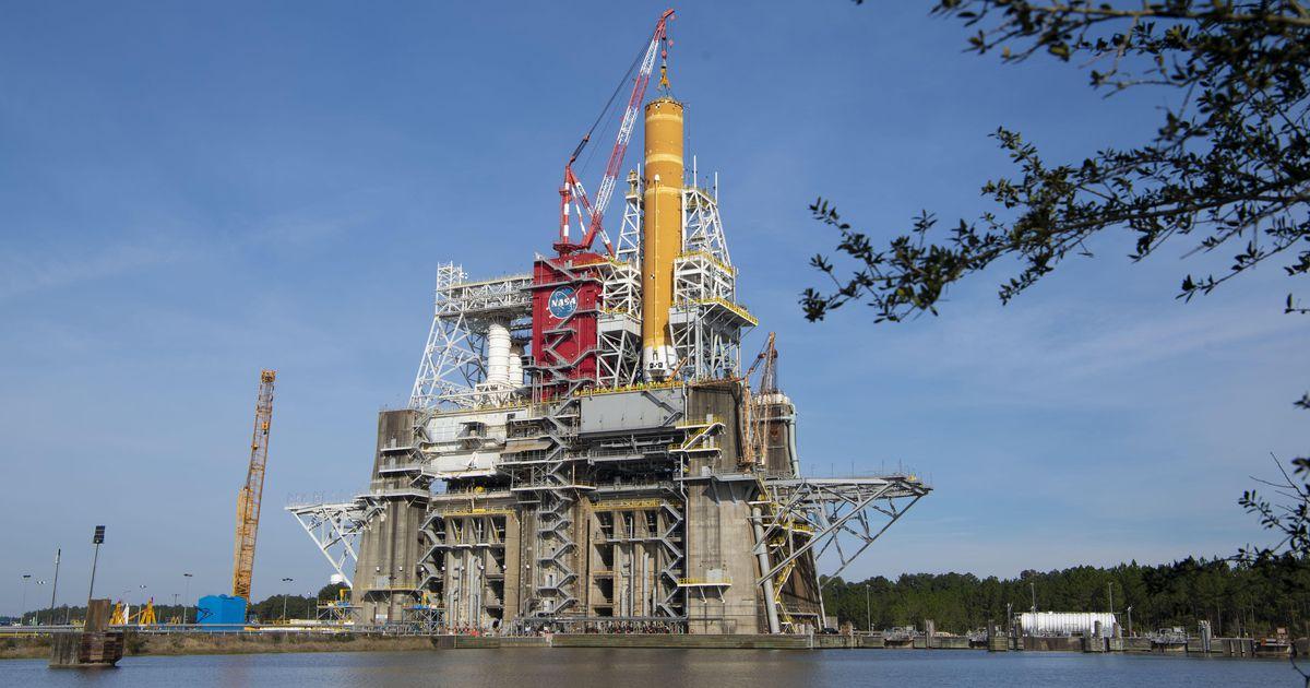 La NASA prevede di lanciare il suo massiccio missile lunare SLS questo mese